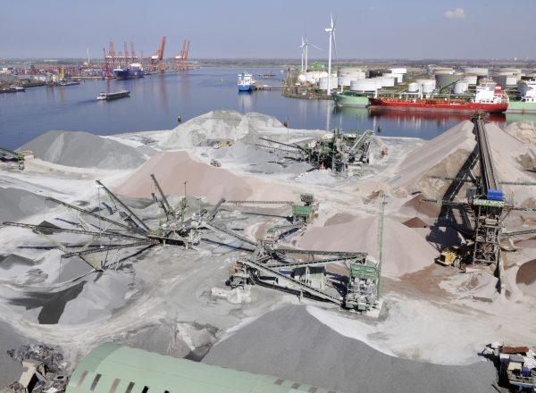 foto voor Dunlop Conveyor Belting Transportbanden bij Graniet Import bv in Amterdam 10 april '08 foto: Marten Sandburg/PENN